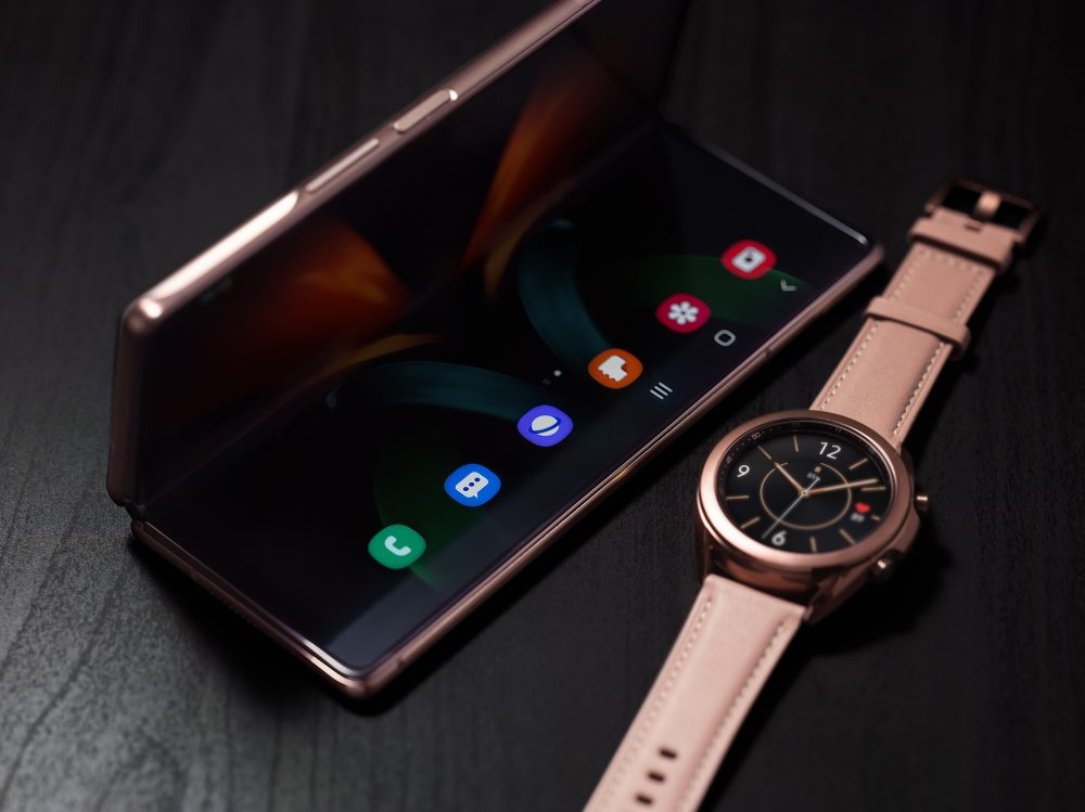 02_galaxyzfold2_watch3_lifestyle_imageB