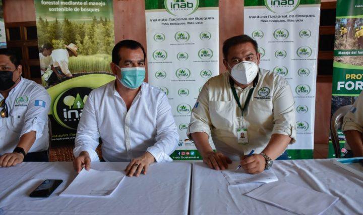 Ing. Rony Granados, gerente del INAB firma convenios con municipalidades